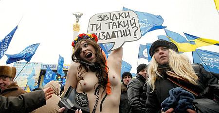 FEMEN задаёт один вопрос Януковичу